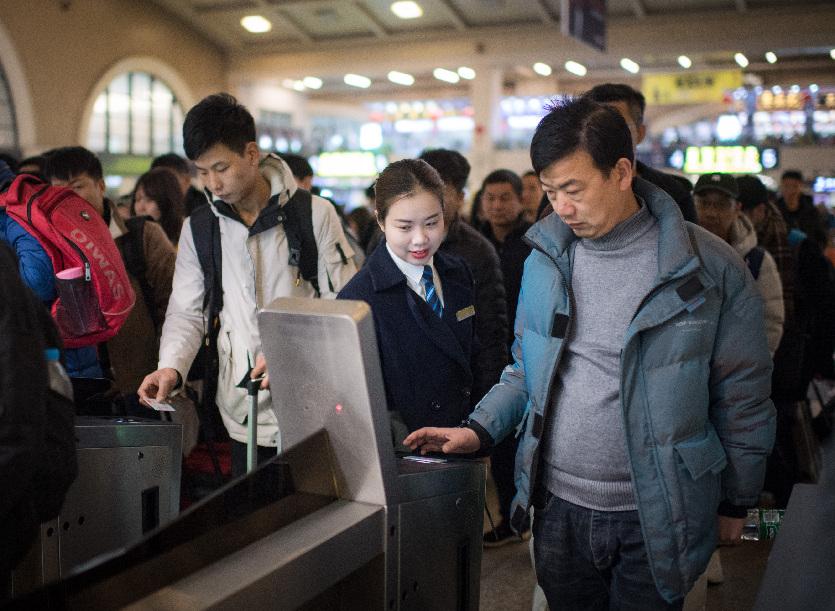 Wuhan intensifica control a viajeros salientes para frenar propagación de nuevo virus