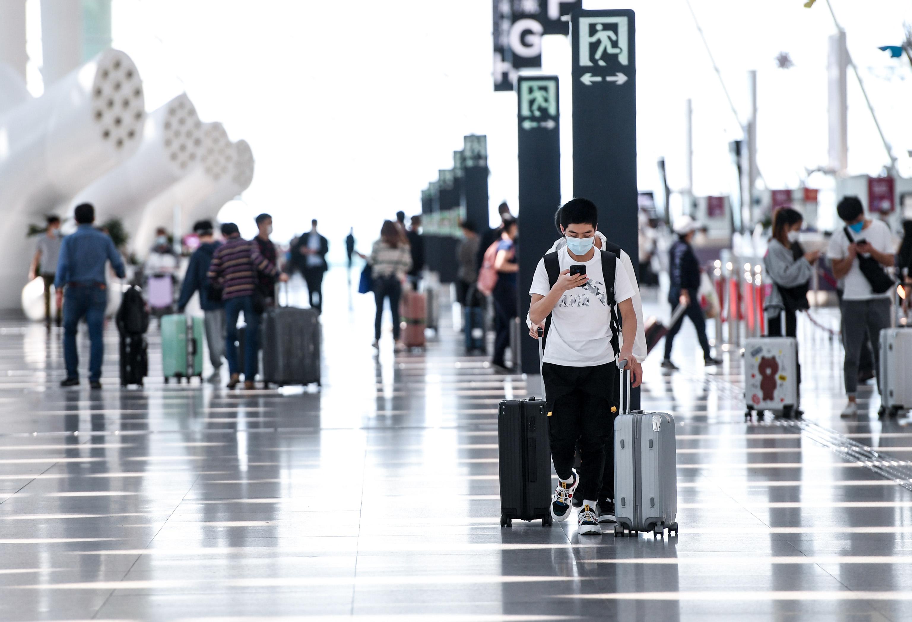 Aduanas chinas detectan infección de COVID-19 en 75 pasajeros entrantes