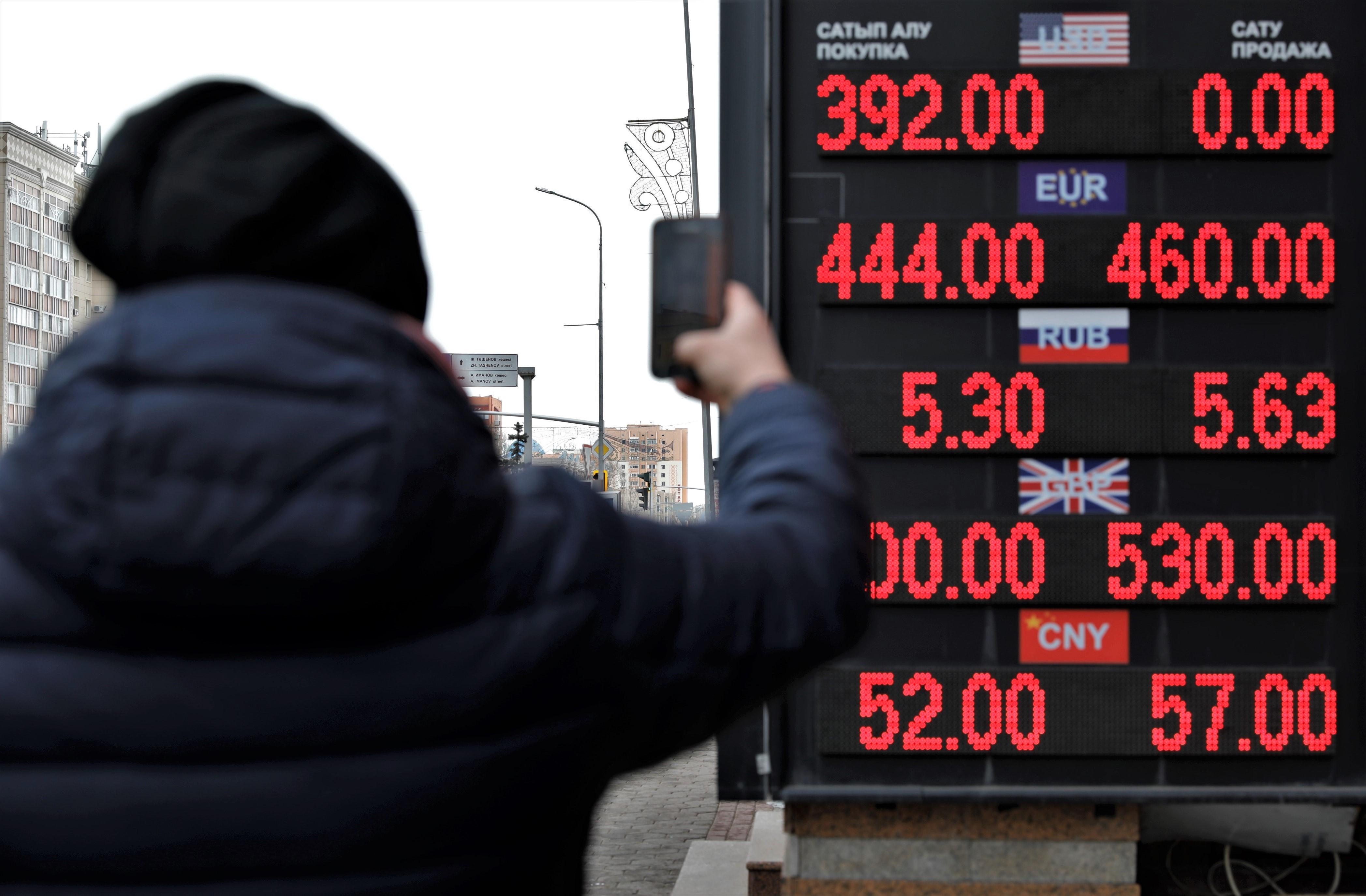 Cae precio de petróleo por orden de incrementar producción de Saudi Aramco