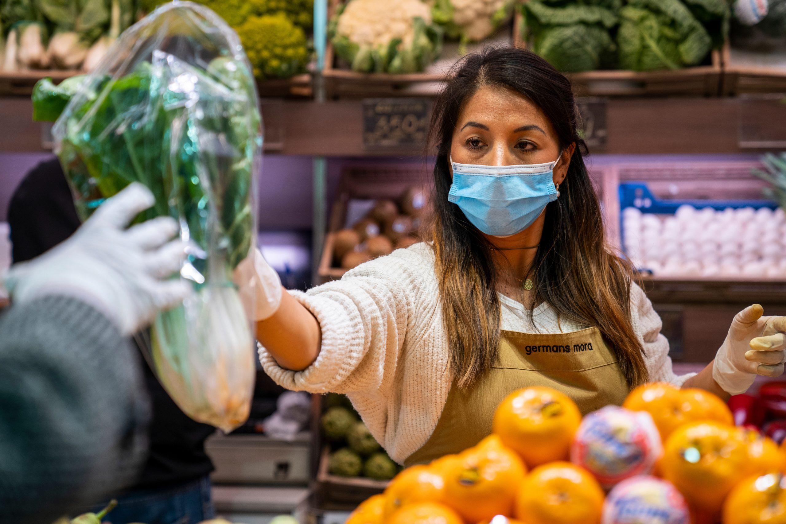 España extenderá uso obligatorio de mascarillas en espacios públicos cerrados y en algunos abiertos
