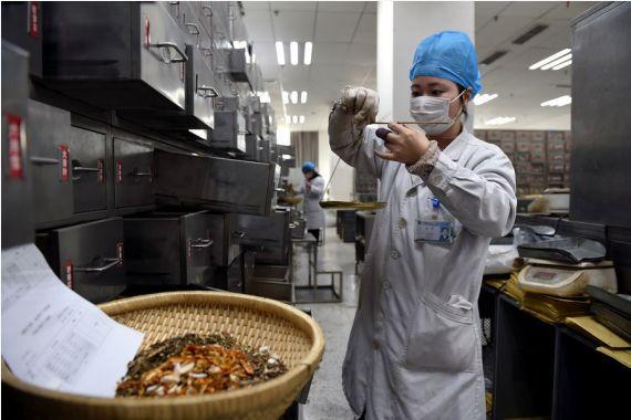 Medicina tradicional china juega importante papel en tratamiento de COVID-19 en Beijing