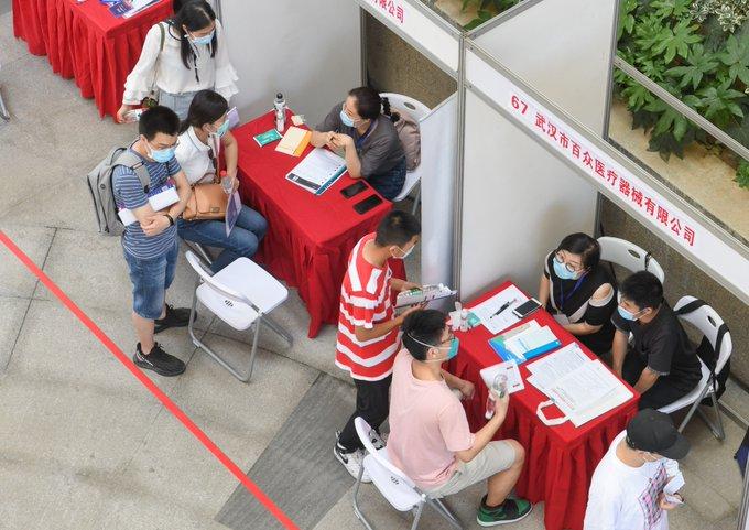 Primer ministro chino subraya expansión de canales de generación de empleo para graduados