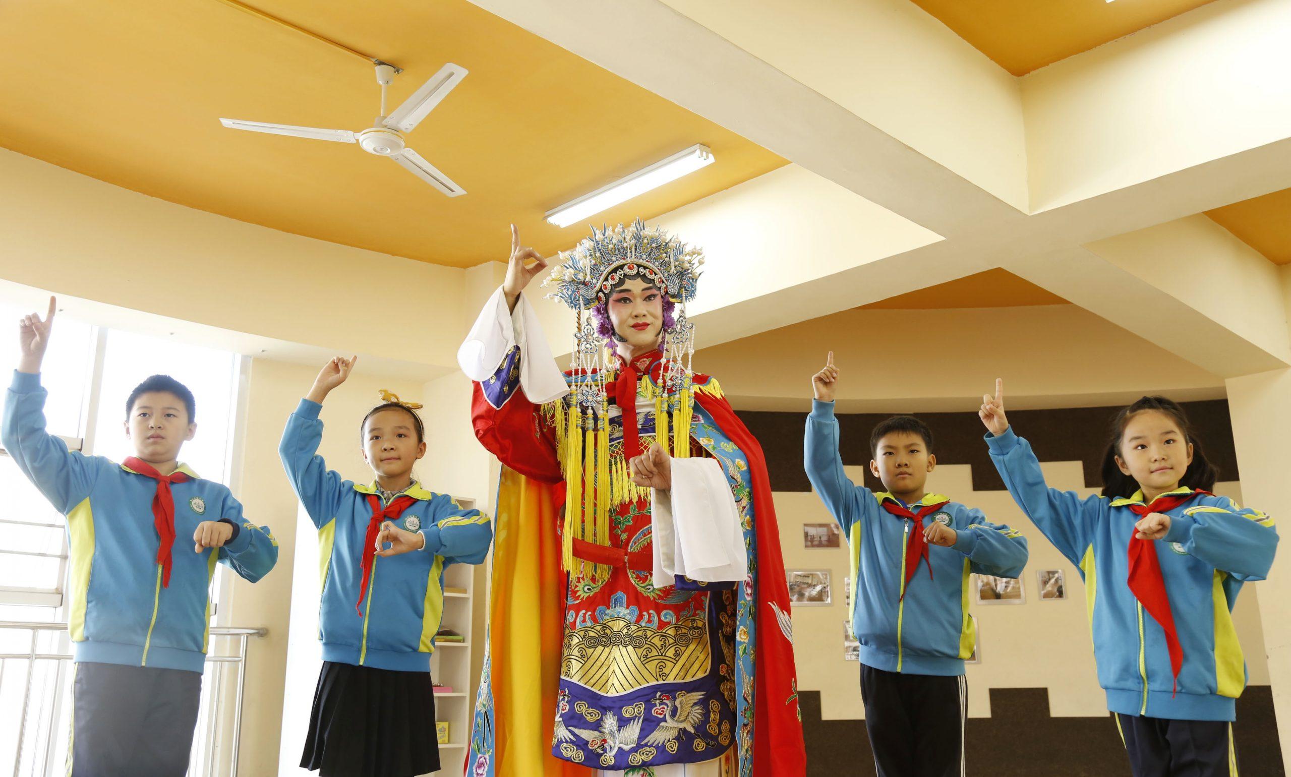 Máximo asesor político pide a escuelas promover cultura tradicional china