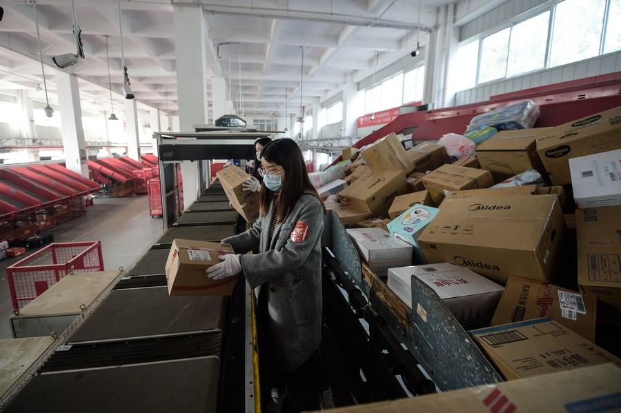 Sector de mensajería de China casi duplica nivel prepandémico durante vacaciones del Día del Trabajo