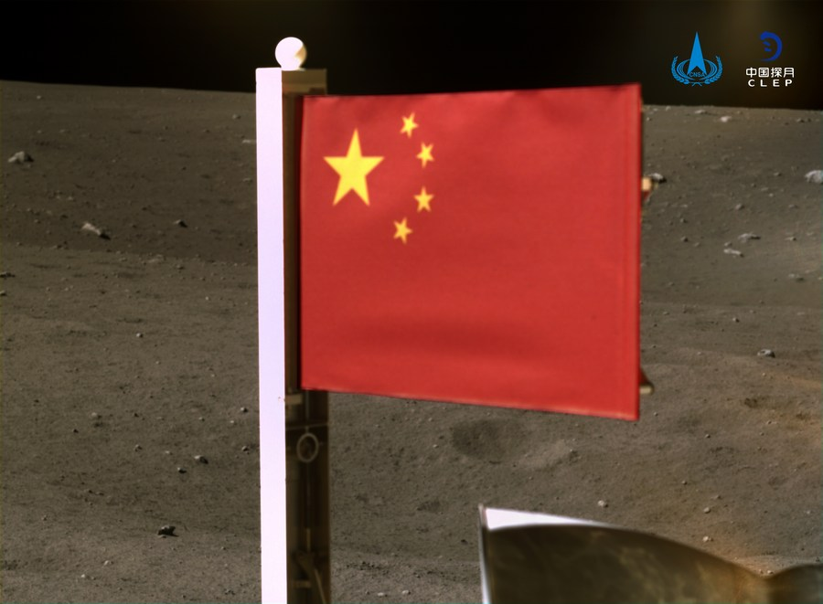 Agencia espacial de China publica imágenes de bandera nacional desplegada en la Luna