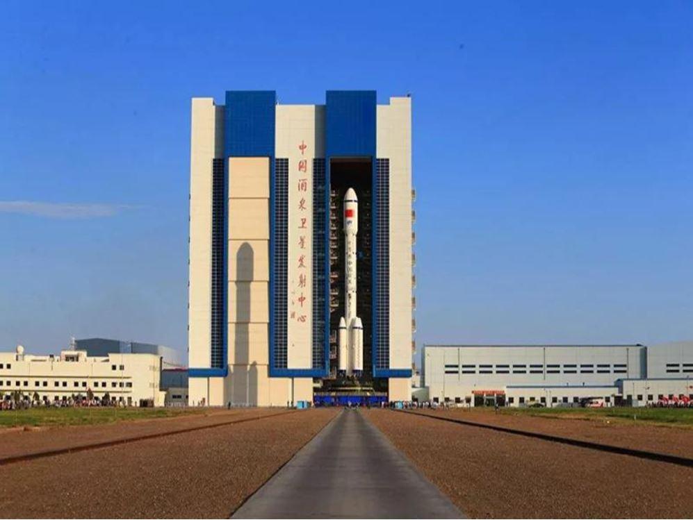 Nave espacial tripulada y cohete portador de misión Shenzhou-12 arriban a centro de lanzamiento