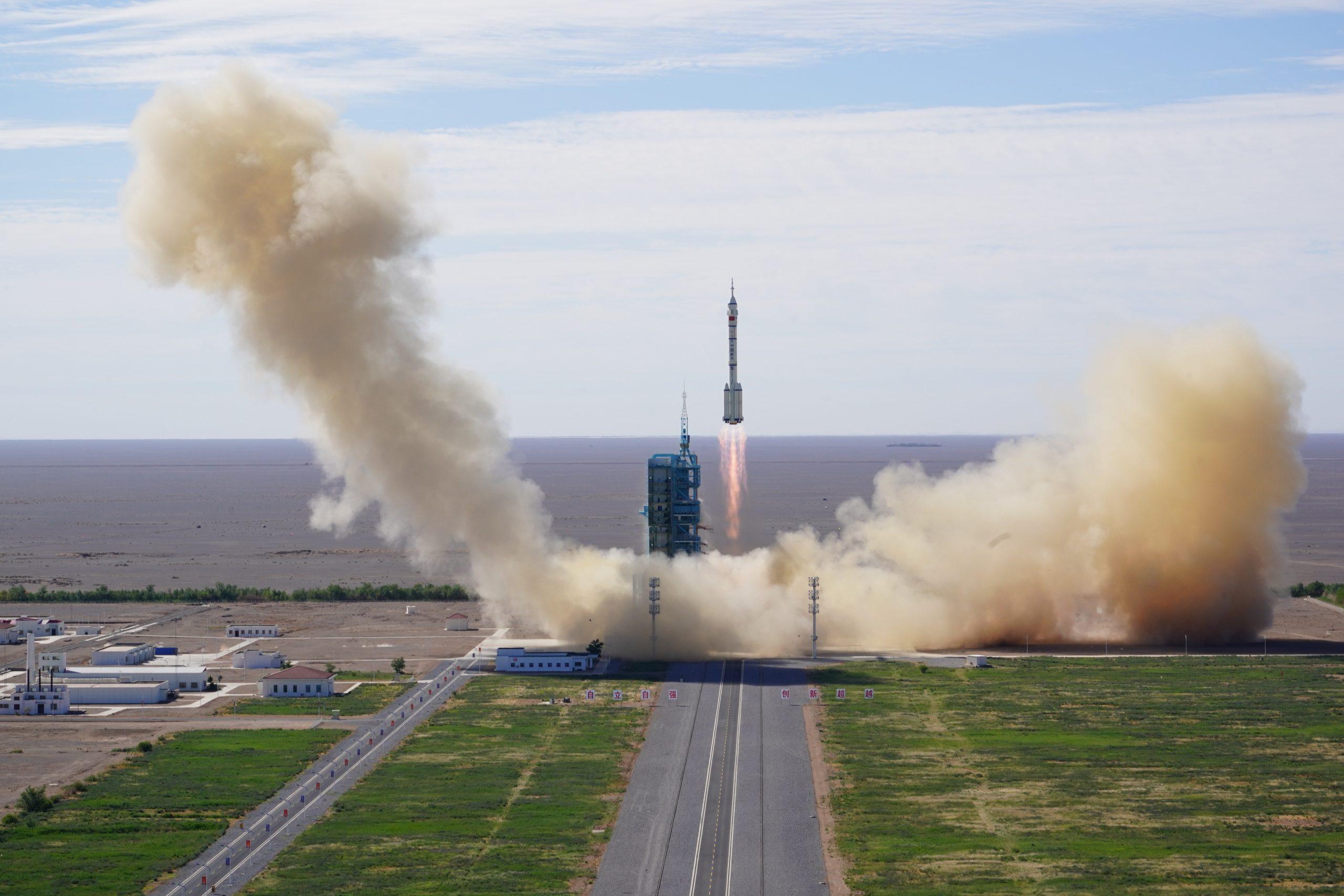 Nave espacial tripulada china Shenzhou-12 se acopla con módulo de estación espacial