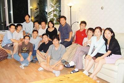 中国侨网易才(后排左三)和中国同学聚会后合影,像这样的聚会对于海外留学的学子来说很难得。面临繁重的课业,留学生常常还要打工补贴生活费用,与同胞在一起格外亲切、温暖。