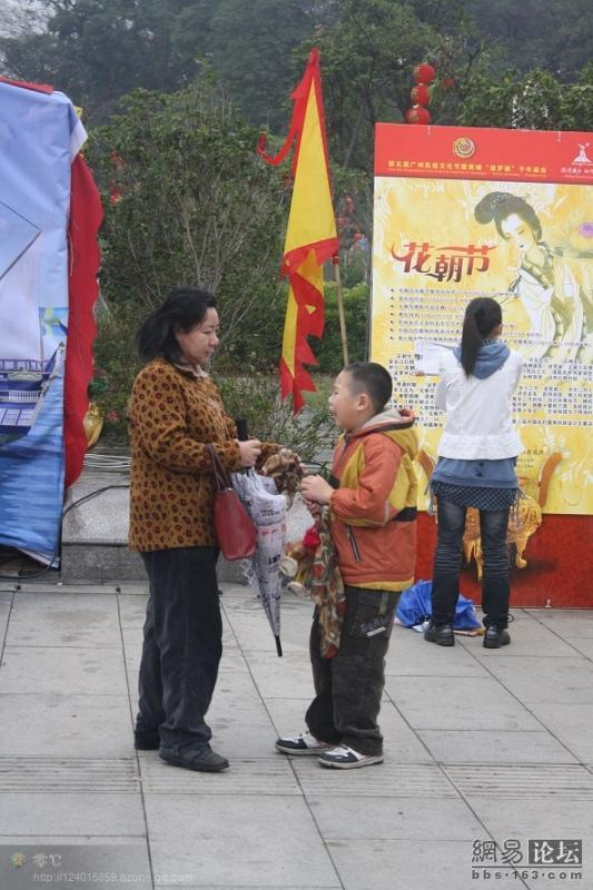 spoiled-child-attacks-mother-in-public-for-toy-china-03