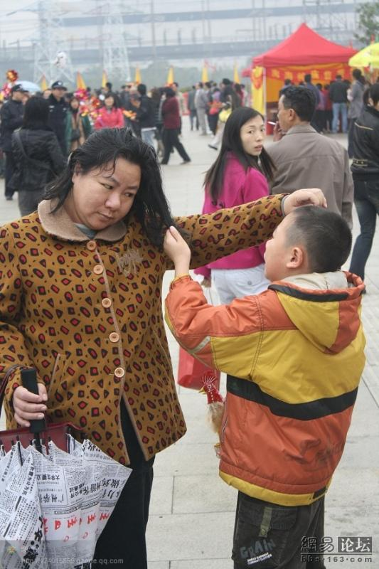 spoiled-child-attacks-mother-in-public-for-toy-china-07