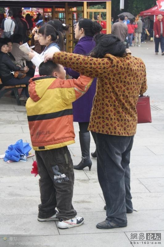 spoiled-child-attacks-mother-in-public-for-toy-china-08