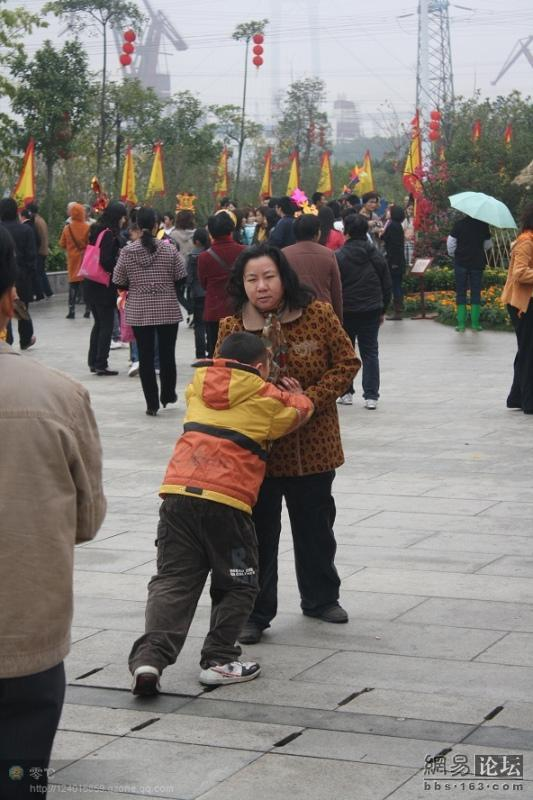 spoiled-child-attacks-mother-in-public-for-toy-china-13