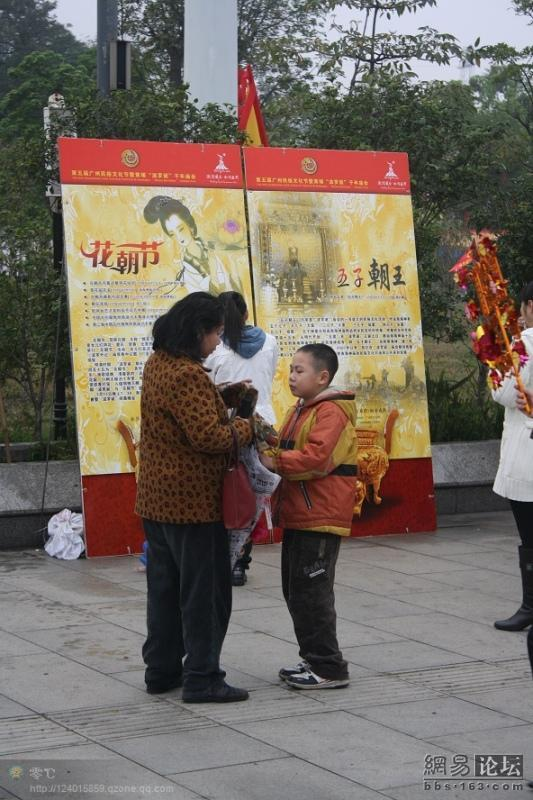 spoiled-child-attacks-mother-in-public-for-toy-china-18