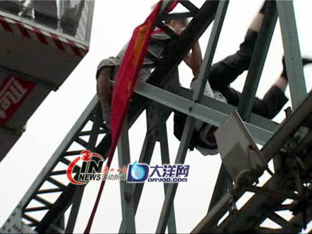 china-suicide-jumper-pushed-off-passerby-01
