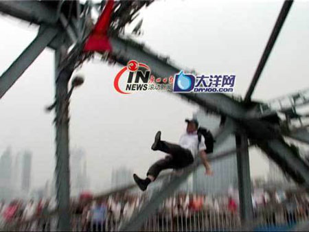 china-suicide-jumper-pushed-off-passerby-02