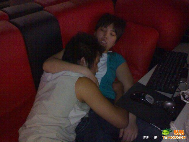 https://i1.wp.com/www.chinasmack.com/wp-content/uploads/2009/07/china-chinese-sleeping-in-internet-bar-04.jpg