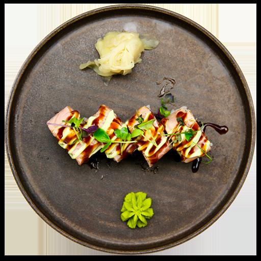 22. Crispy Ebi - Med avocado, toppet med flamberet laks, chilimayo, teriyaki sauce og wasabi mayo