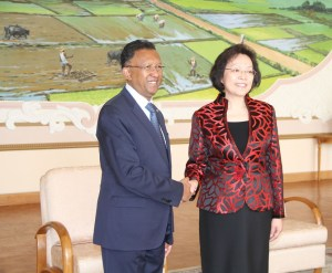 L'ambassadrice Yang Xiaorong et le président Hery Rajaonarimampianina