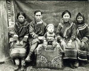 Famille Hezhen (wikimedia)