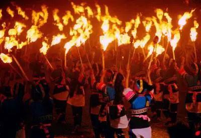 Un feu illumine les Yi