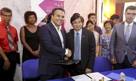 Signature d'une convention entre la Fédération des Associations Chinoises et la Région Réunion