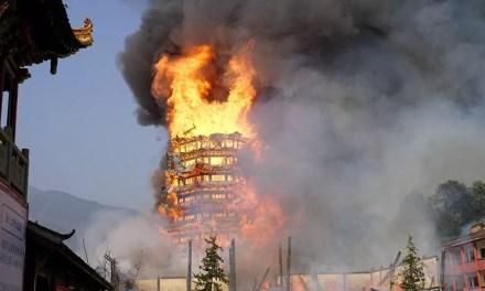 La plus haute pagode bouddhiste d'Asie sous les flammes