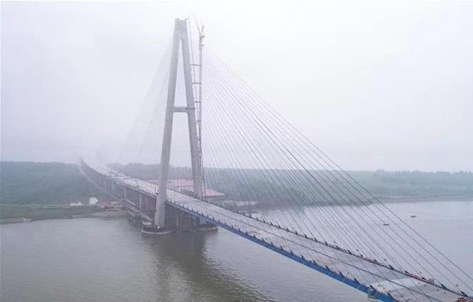 Le plus long pont à haubans enjambe le Yangtsé