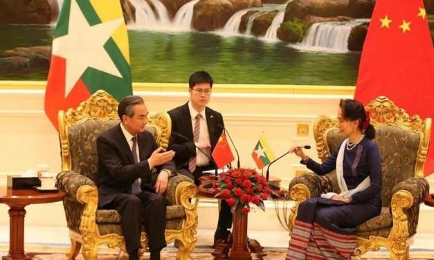 Des manifestants anti-coup d'État du Myanmar se mobilisent devant l'ambassade de Chine
