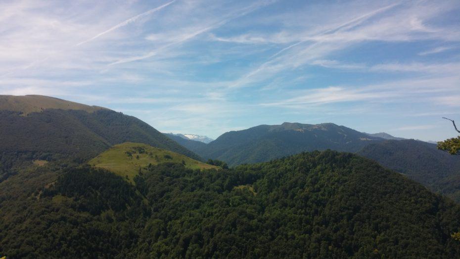 Nel centro in lontananza si può ammirare la cima del Pico de Aneto, che con i suoi 3404 m s.l.m., è la più alta tra dei Pirenei