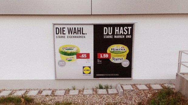 Richtig aufkleben du musst: Die Lidl-Plakatwerbung wurde schnell zum viralen Hit.