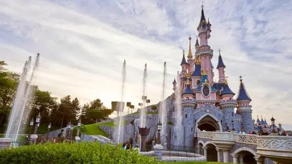 Kourtney Kardashian 'Keeps Up' With Her Favorite Disney Character at Disneyland Paris 1