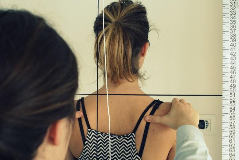Le chiropracteur étudie la posture de chaque patient.