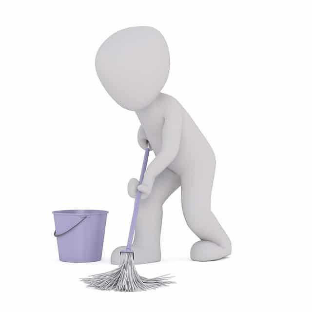 モップで掃除をする人