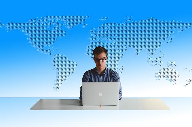 パソコンで作業をしている男性
