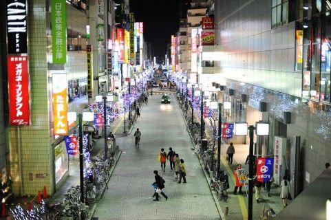 街頭に照らされた人通りの多い道