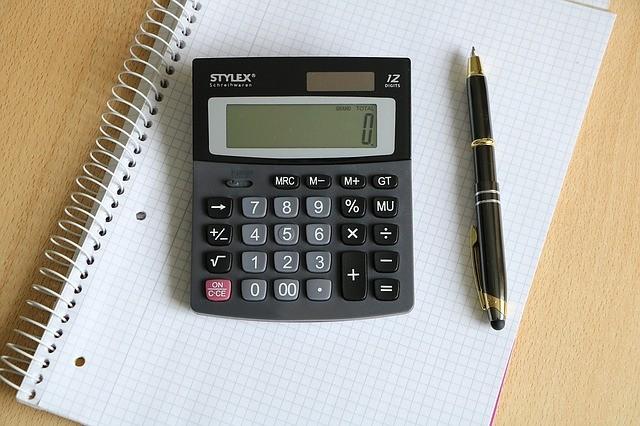 電卓とペンとノート