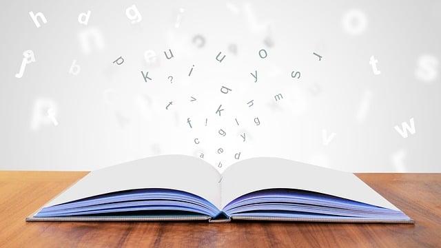 開かれた本から飛び出ているアルファベット