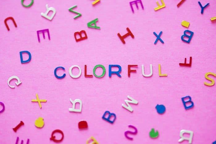 様々な色のアルファベット