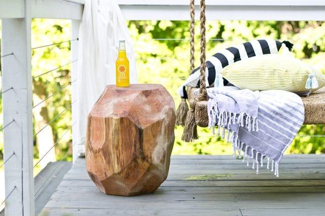 Arredare-casa-con-ceppi-di-legno-Tavolino-geometrico-per-esterni