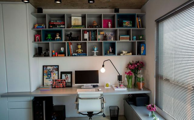 Modern-home-office-with-open-bookshelf-above-workstation