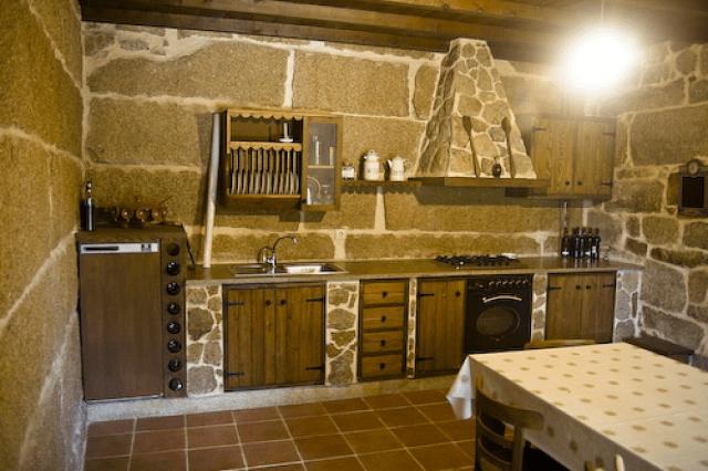cocinas-rusticas-de-piedra-pared-muebles-madera