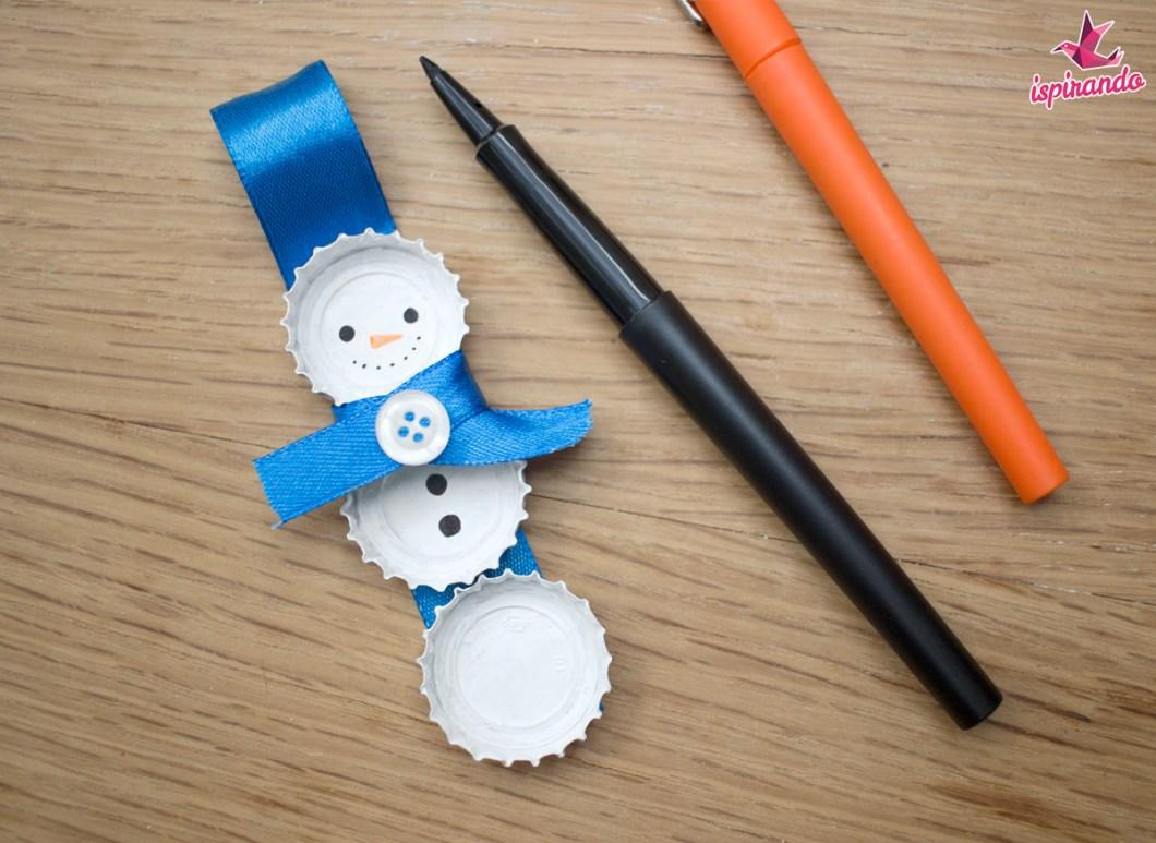 pupazzo-di-neve-creato-con-tappi-di-bottiglia-disegnare-occhi-e-naso-del-pupazzo