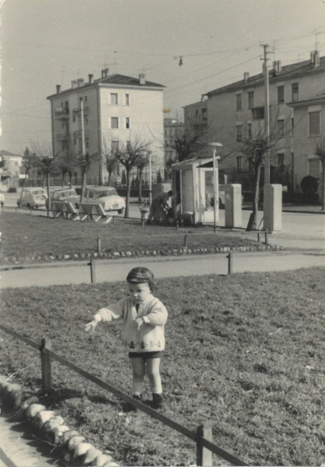 Famiglia Consoli – Baroni, portici di Viale Caduti del Lavoro. Seconda metà anni '50.