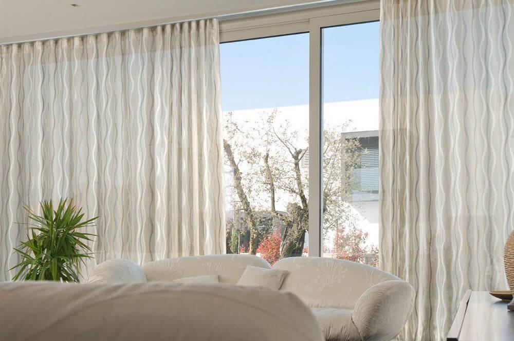 Per la camera da letto, le tende, oltre ad avere un ruolo estetico, spesso hanno anche la funzione di oscurare l'ambiente, per cui diventa di cruciale importanza la scelta del tessuto. Tende Da Interni Come Scegliere Quelle Giuste Chizzocute