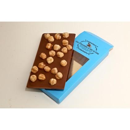 tablette de chocolat au lait tablette chocolat noir ou tablette au chocolat blanc avec ses noisette du piemont