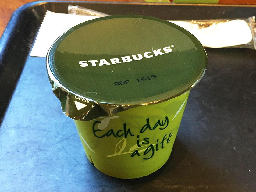 『スタバ』の「抹茶プリン」中ふたと裏面Each day is a gift