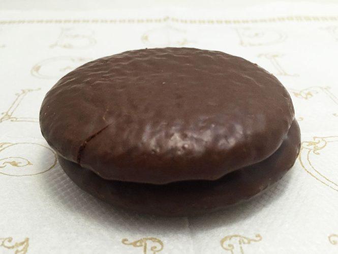 『ロッテ』の「チョコパイティラミス 晩餐会のデザート仕立て」ふつうのチョコパイと同じ見た目