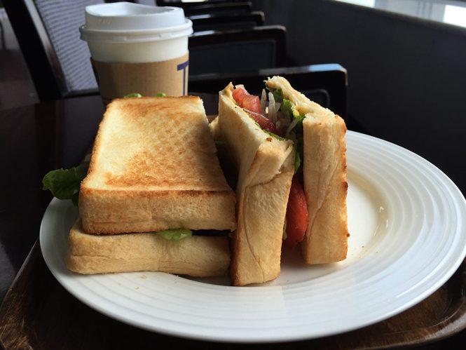野菜サンドとブラックコーヒー