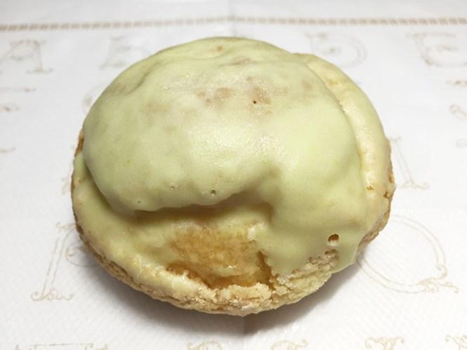 『柳月』の「メロンクッキーシュー」黄緑色のホワイトチョココーティング