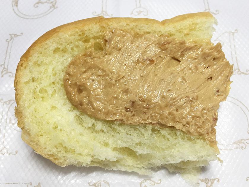 『ロバパン』の「粒つぶピーナッツコッペ」開きにした図、ピーナツの粒がよくみえる